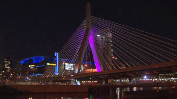 プリンスのをトリビュートするボストンZakim Bridge