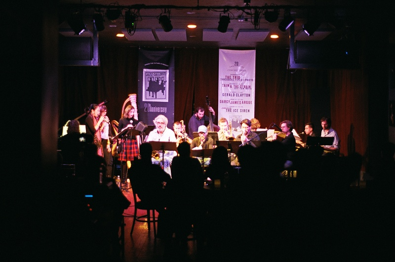 (L to R) Jacob Sacks (piano)、Jen Shyu (voice)、Lana Is (voice)、Judith Berkson (voice)、Katie Andrews (harp)、Tim Berne (alto saxophone)、Ben Gerstein (trombone)、Miles Okazaki (guitar)、Christopher Tordini (bass)、David Binney (alto saxophone)、Jacob Garchik (trombone)、Ohad Talmor (tenor saxophone)、Matt Mitchell (keyboard)、Anna Webber (flute)、Stephen Celluchi (percussion)、Dan Weiss (drums and compositions) Photo by Rema Hasumi