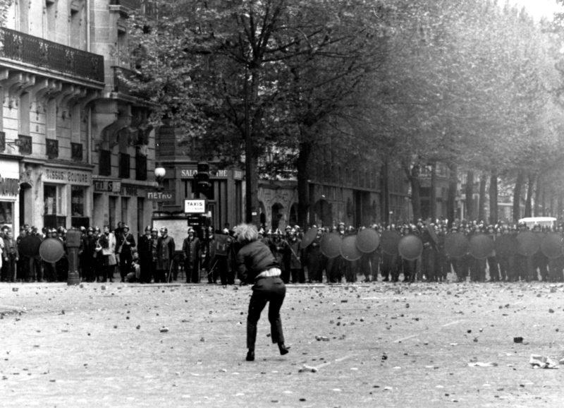 パリの大規模な学生デモ Photo: AP通信